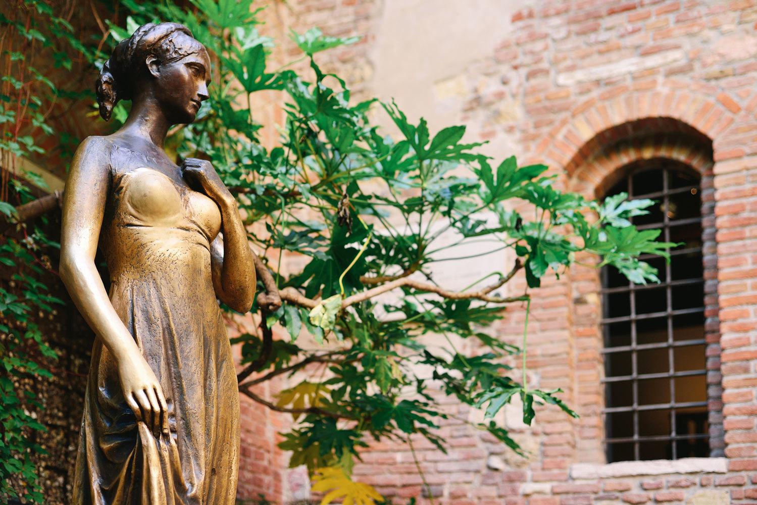 """La estatua de Julieta reposa en el patio del palacio gótico de <a href=""""http://viajes.elmundo.es/2015/06/25/europa/1435223580.html"""" target=""""_blank"""">Verona</a> en la que la joven moría de amor por su Romeo desde el balcón. Allí, junto a la <strong>plaza Erbe</strong>, cada día se agolpan cientos de visitantes (ahora con el <strong>coronavirus </strong>son muchos menos y, además, hay que respetar, al igual que en el resto de lugares de esta ruta, las normas impuestas por la pandemia) deseosos de tocar un pecho a la musa de <strong>William Shakespeare</strong>. ¿El objetivo? Volver a Verona o encontrar el verdadero amor."""
