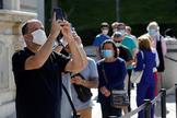 Turistas con mascarilla por el coronavirus en Madrid.