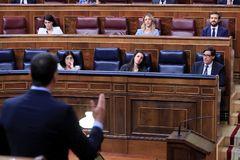 Una de las intervenciones de Pedro Sánchez este miércoles, ante sus ministros Illa, Montero y Darias y Pablo Casado, Cayetana Álvarez de Toledo, y Macarena Olona.