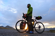 """Recorremos todo el país en bicicleta gracias a Sergio Fernández Tolosa, autor del libro """"<a href=""""https://amzn.to/2Yqyz6C"""" target=""""_blank"""" rel=""""nofollow"""">España en bicicleta. 101 rutas ciclistas imprescindibles</a>"""" (ed. geoPlaneta), que acaba de salir a la venta. Este amante del ciclismo descubrió sus <strong>ganas irrefrenables de recorrer el mundo </strong>en dos ruedas siendo un chaval imberbe, a los 16 años. """"Los 35 itinerarios principales, inéditos y que han sido creados especialmente para esta guía, suman más de 7.300 kilómetros"""", cuenta. Redactor y fotógrafo, sus travesías son una fuente de inspiración. """"De la primera escapada por<strong> el Pirineo</strong> [en la imagen] sólo guardo buenos recuerdos: el contacto con la naturaleza y la sensación de libertad""""."""