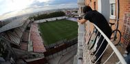 Un aficionado, en el balcón de su casa, durante el Rayo- Albacete.