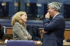 La vicepresidenta de Asuntos Económicos, Nadia Calviño, y el presidente saliente del Eurogrupo, Mário Centeno.