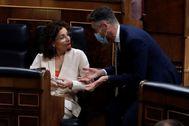 La ministra de Hacienda, María Jesús Montero, conversa con el diputado socialista José Carlos Durán.