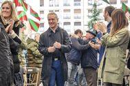 El lehendakari Iñigo Urkullu recibe el aplauso de sus militantes durante un acto electoral en Bilbao.