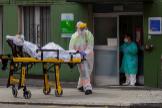 Un sanitario traslada a un residente de la residencia El Carmen, en Gijón.