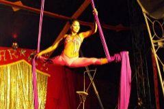 Guadalupe Miranda Videla, en una de sus espectáculos con telas, acrobacia que practicaba desde los 12 años.
