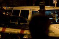 Dos policias nacionales junto a la furgoneta donde fue asesinada la mujer.