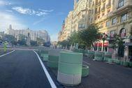 Maceteros que han acotado la zona peatonal en la Plaza del Ayuntamiento de Valencia.