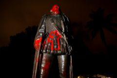 Pinta una estatua de Cristóbal Colón, en Miami.
