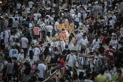 Vista general de un concurrido mercado nocturno esta semana en Wuhan.