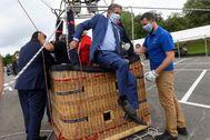 El presidente cántabro Miguel Ángel Revilla desciende de un globo durante su visita a parque de Cabárceno.