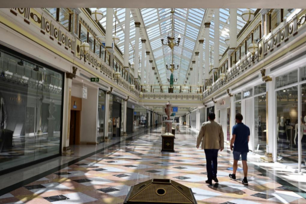 Centro comercial al norte de Madrid, casi vacío durante la reapertura.