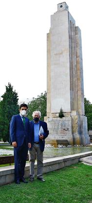 Jorge Garrido y Tomeu Berga posan en el monumento de Sa Feixina