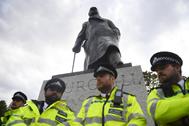 Policías protegen la estatua de Winston Churchill durante una protesta de Black Lives Matter en homenaje a George Floyd en Londres.