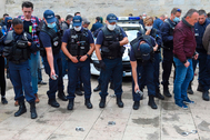 Policías franceses lanzan al suelo sus esposas durante una protesta convocada por varios sindicatos, en Burdeos.