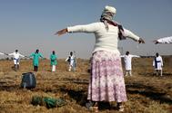 Misa cristiana con distancia social en Soweto.