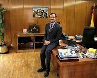 El ministro de Consumo, Alberto Garzón, en su despacho con una imagen al fondo