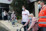 Un grupo de mayores regresa a su residencia de Santiago de Compostela tras haber sido alojados en un hotel durante la pandemia.