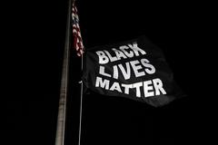Una bandera del movimiento Black Lives Matter ondea en una comisaría de Florissant, Misuri.