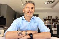 Marlaska mostró su tatuaje frente a otro solidario borrable que se puso en una campaña en contra de la discriminación de los gitanos