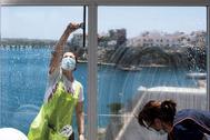 GRAF9840. MENORCA.- Trabajadoras del Hotel Artiem-Carlos de Menorca ultiman detalles este mediodía para la reapertura de sus puertas al público el próximo lunes coincidiendo con el inicio del plan lt;HIT gt;piloto lt;/HIT gt; para lt;HIT gt;Baleares lt;/HIT gt;. Varios hoteles de Palma, Menorca, Ibiza y Formentera participarán en el plan lt;HIT gt;piloto lt;/HIT gt; de turismo que comenzará en lt;HIT gt;Baleares lt;/HIT gt; el próximo 15 de junio con viajeros procedentes de Alemania.