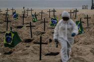AME5885. RÍO DE JANEIRO ( lt;HIT gt;BRASIL lt;/HIT gt;).- Activistas colocan ciento diez cruces, como forma de denunciar los errores cometidos por el Gobierno en la gestión de la crisis del coronavirus, durante un acto organizado por la ONG Rio de Paz este jueves, en la playa de Copacabana, Río de Janeiro ( lt;HIT gt;Brasil lt;/HIT gt;).