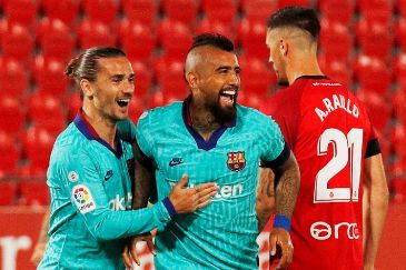 Soccer Football - La Liga Santander - RCD lt;HIT gt;Mallorca lt;/HIT gt; v FC Barcelona - Iberostar Stadium, Palma, Spain - June 13, 2020 Barcelona's Arturo Vidal celebrates scoring their first goal with Antoine Griezmann, as play resumes behind closed doors following the outbreak of the coronavirus disease (COVID-19) REUTERS/Albert Gea