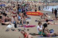 La playa de la Barceloneta, repleta de bañistas, este sábado.
