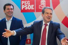 Abel Caballero, en primer término, en la presentación de su sobrino, Gonzalo Caballero (detrás), como candidato a la Xunta el pasado 17 de febrero.