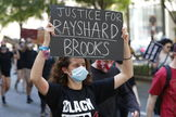 Atlanta (United States).- Protesters gather at Centennial Olympic Park after an overnight Atlanta Police Department officer-involved shooting which left a black man dead at a Wendy's restaurant in Atlanta, Georgia, USA, 13 June 2020. The Georgia Bureau of Investigation (GBI) is probing the shooting death of lt;HIT gt;Rayshard lt;/HIT gt; lt;HIT gt;Brooks lt;/HIT gt;, 27, after a reported struggle with officers ensued during which a Taser was used late 12 June 2020. The investigation by the GBI into the police involved shooting is the 48th in Georgia the agency has been asked to look into during 2020. (Protestas, Estados Unidos) EPA/