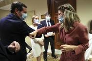El presidente de CEOE, Antonio Garamendi, se saluda con la ministra de Trabajo, Yolanda Díaz, la semana pasada en el Congreso.
