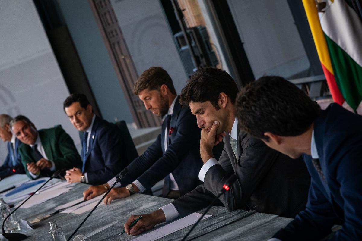 Moreno, durante la reunión del pasado martes con representantes de la Fundación Toro de Lida, entre ellos Cayetano Rivera.