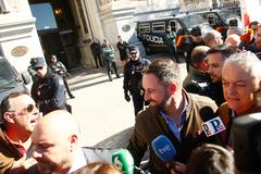 El líder de Vox, Santiago Abascal, escucha en enero a un manifestante en una protesta del sector del campo frente al Ministerio de Agricultura.