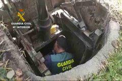 Los agentes de la Guardia Civil en el zulo de los narcos.