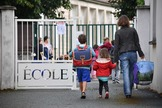 Alumnos entran a una escuela primaria en La Rochelle.