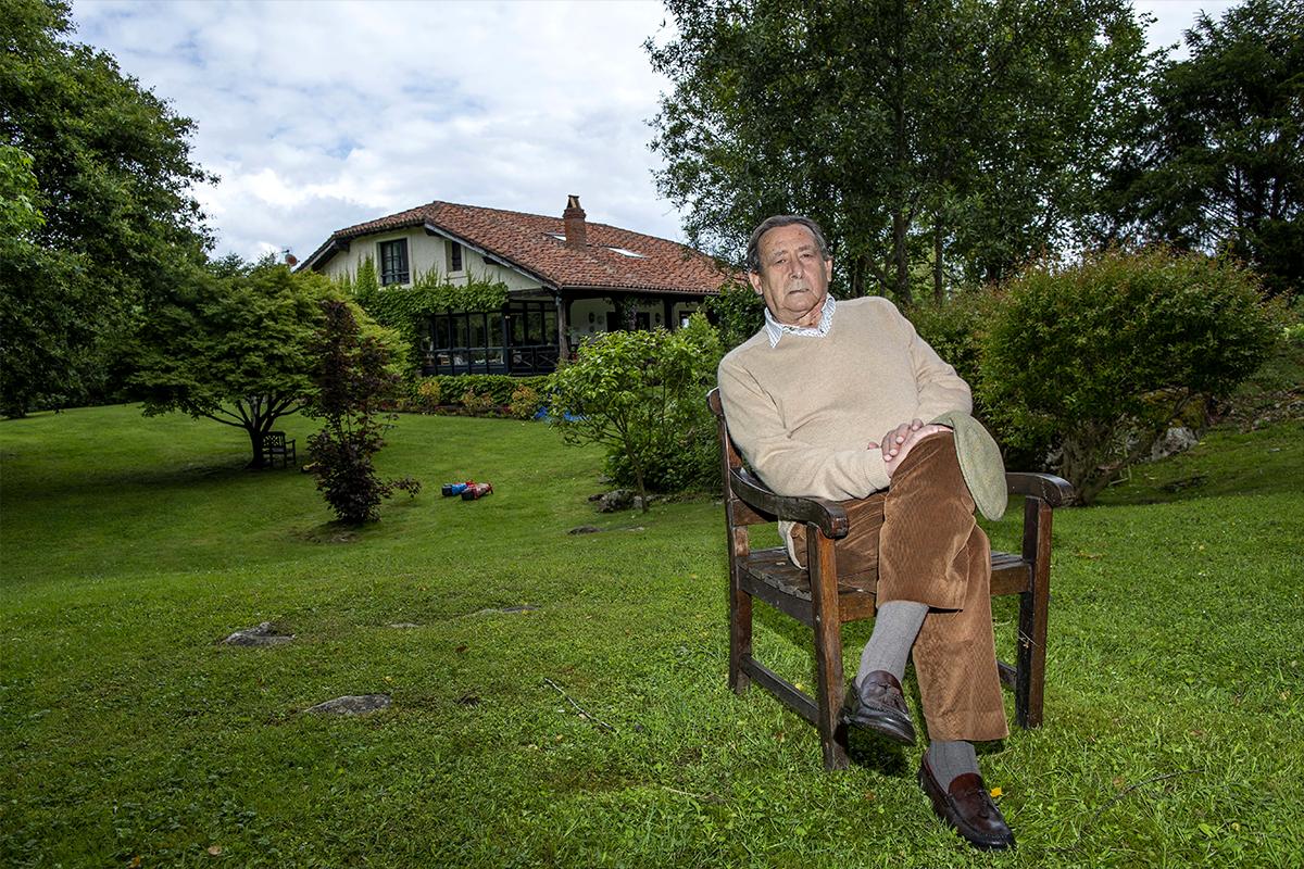 Alfonso Ussía, en su finca cántabra.