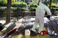 Un operarios del Selur limpiando el lugar donde se ha encontrado el cadáver en la calle de General Díaz Porlier,
