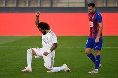 Marcelo celebra su gol con el gesto en homenaje a George Floyd.