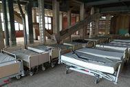 La planta superior del futuro Instituto Oncológico se ha convertido en un almacén para camas de hospital.