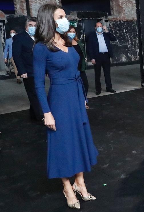 La Reina en el Matadero de Madrid con vestido azul de punto canalé de Massi Dutti