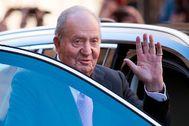 Don Juan Carlos saluda a la prensa y los ciudadanos tras acudir a la misa de Resurección, en Mallorca, en abril de 2018.