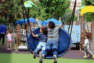 Los niños tomaron los parques infantiles en el primer día de la 'nueva normalidad' en Galicia.