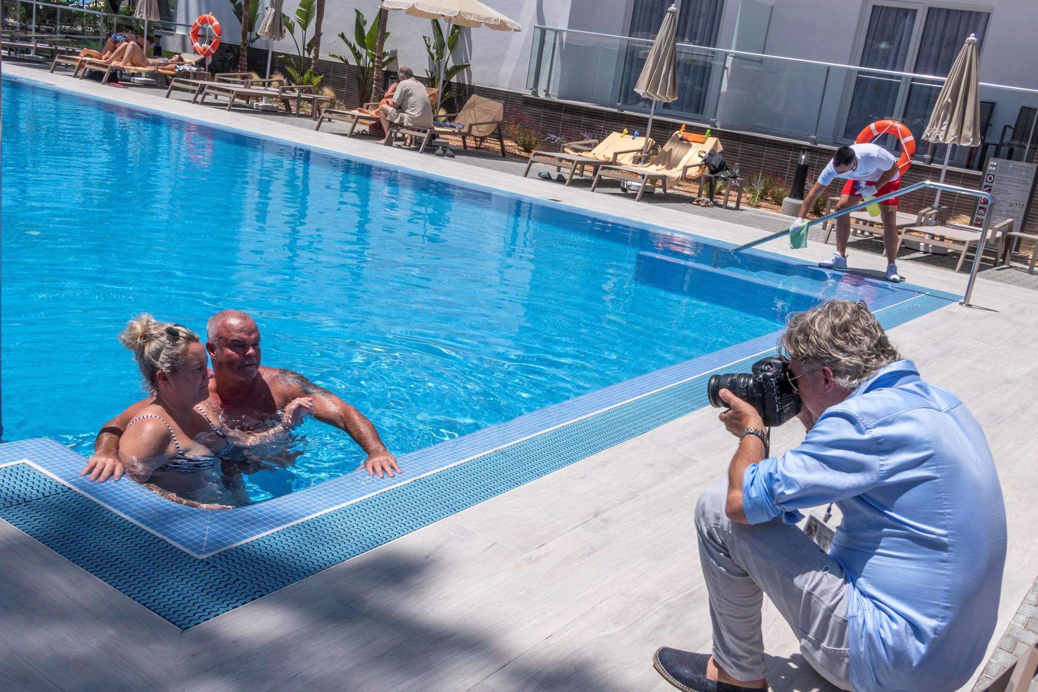 Baño en la piscina del Hotel Riu Concordia, en Palma.