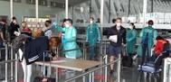 Los viajeros se someten a un control de temperatura.