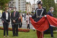 El alcalde Aburto y Alfonso Gil, tras el policía local de gala, durante el acto de aniversario de la fundación de Bilbao.