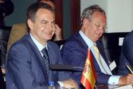 José Luis Rodríguez Zapatero (izqda.) y Raúl Morodo, en un acto en Ciudad Guayana (Venezuela), en 2005.