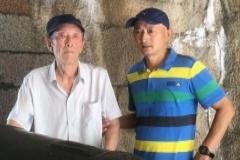El denunciante, Zhang Hai (Der.), junto a su padre en una imagen cedida por la familia.