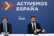 Pablo Casado, con el alcalde de Madrid, José Luis Martínez-Almeida, en una reunión en la sede del PP:
