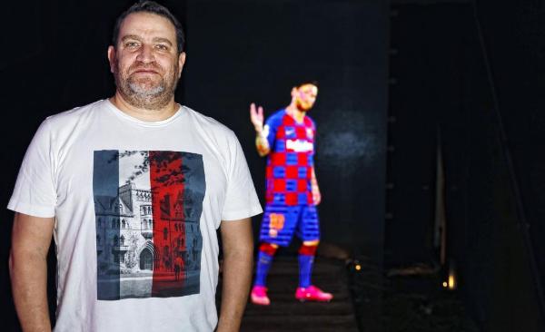 David Boja, socio de StairMedia, en la tienda del FC Barcelona en Las Ramblas, donde se pueden ver hologramas creados por esta empresa.