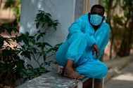 Un voluntario del Partido Social Democrático de la India viste un traje de protección contra el virus.
